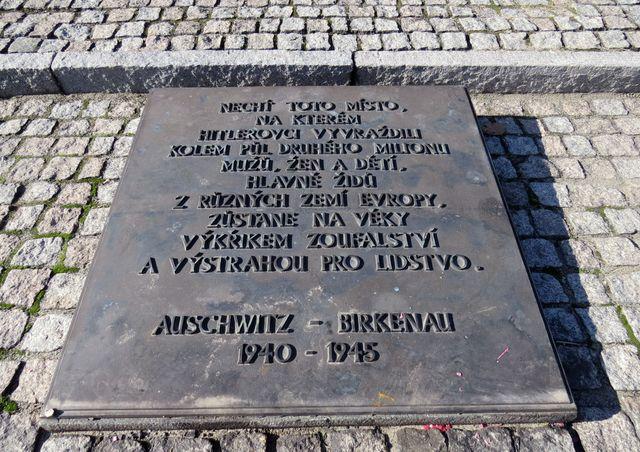 pamětní deska u památníku