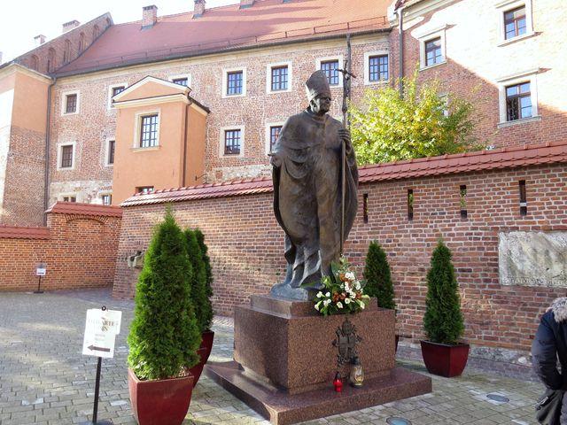 socha sv. Jana Pavla II. na nádvoří Wawelu