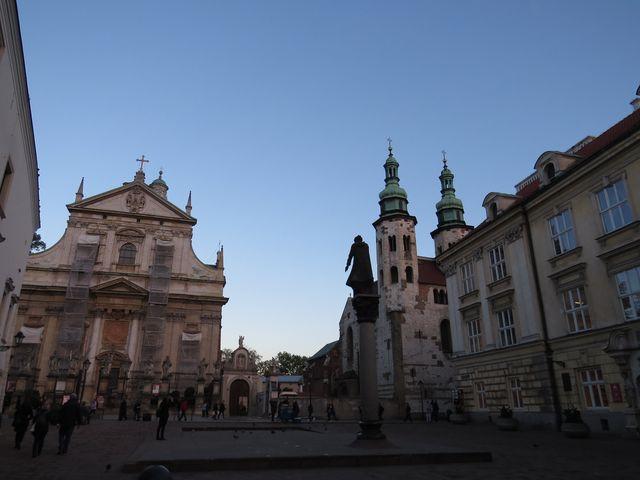 kostel sv. Petra a Pavla je první barokní stavbou v Krakově, vznikl na přelomu 16. a 17. století pro jezuitský řád, fasáda je bohatě zdobena sochami