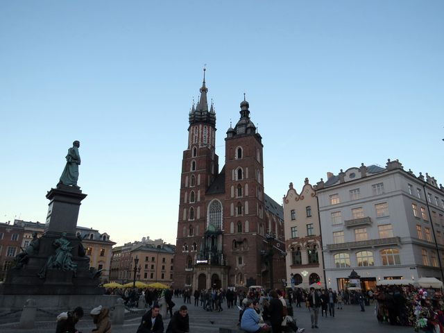 na hlavním náměstí (Rynku) je Mariánský kostel s věží, ze které se každou hodinu ozývá troubení