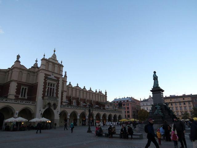 tržnice Sukiennice je symbolem Krakova, před ní socha básníka Adama Mickiewicze