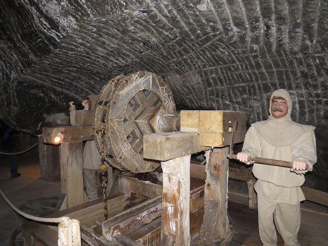 v dolech jsou instalována zařízení, která horníci v průběhu času používali