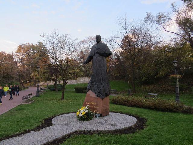 socha papeže Jana Pavla II. v parku; www.svatosi.cz