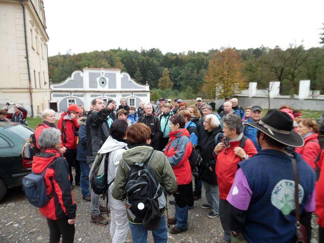 R. Jež sděluje turistům na nádvoří želivského kláštera následující program semináře
