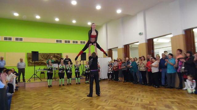 dechberoucí akrobatické výkony rokenrolových tanečníků; foto L. Tomáš