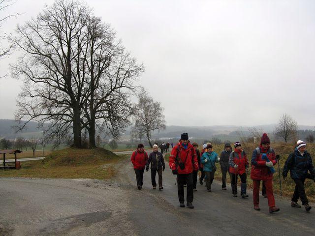 skupinky turistů putovaly k vrchu Čeřínek; foto M. Bradová