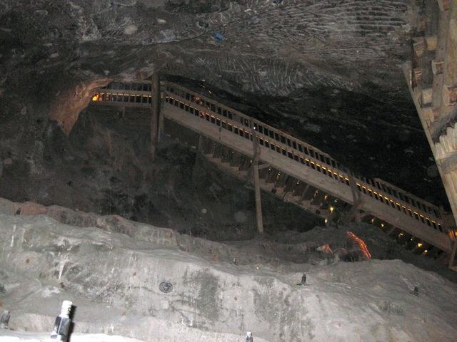 v obrovských podzemních prostorách jsou monumentální schodiště spojující patra
