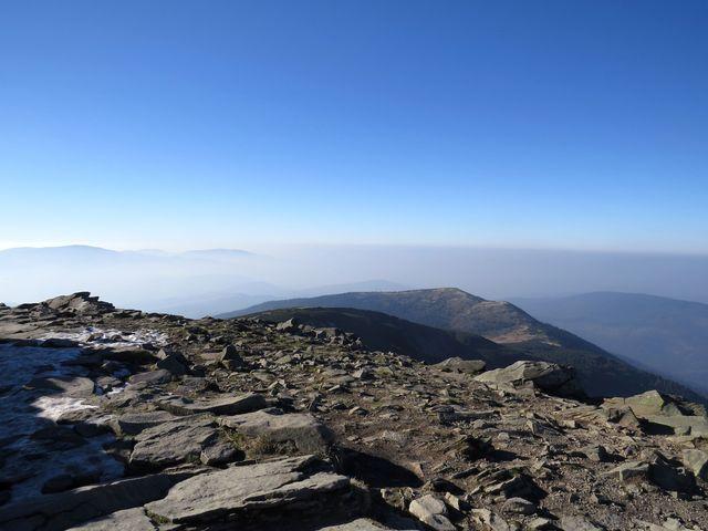 Malá Babí hora (1 515 m) z vrcholku Babí hory