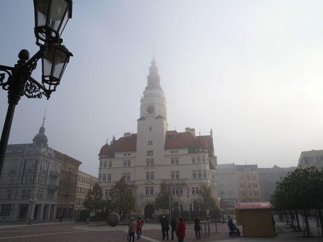 podzimní ráno v historickém centru Opavy - budova radnice s věží Hláskou; www.svatosi.cz