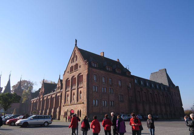 tzv. Červený zámek byl přistavěn na konci 19. století a stal se vstupní branou do historického zámeckého areálu