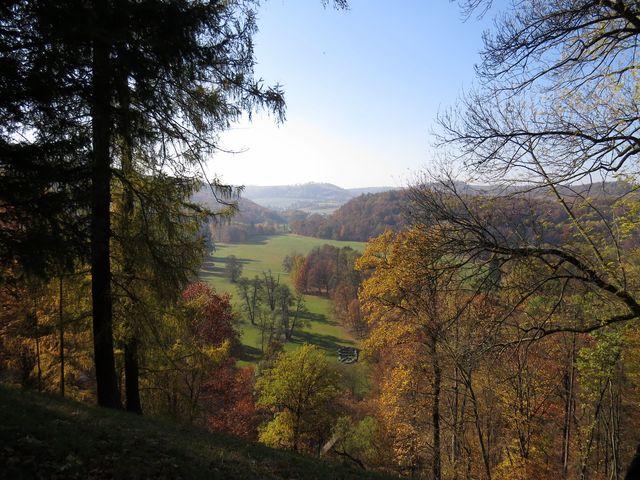 park a lesopark se rozkládá na ostrohu, odkud je romantický výhled na louky, které patřily k panství