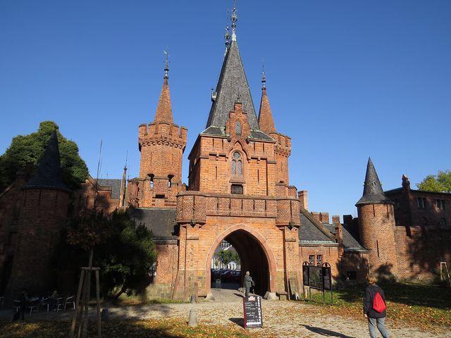 složitě členěná vstupní brána Červeného zámku odděluje městskou zástavbu od historických objektů a lesoparku