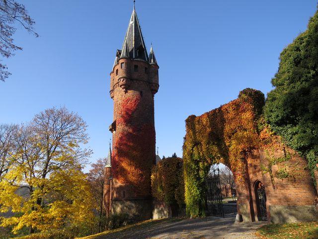 Hodinová věž Červeného zámku - dříve tu byly hospodářské objekty