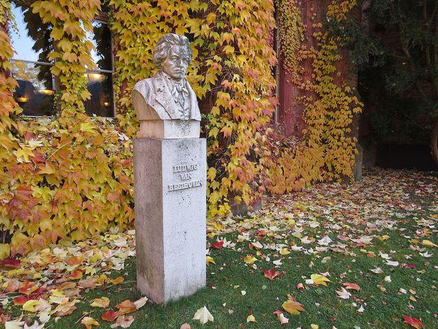 socha Ludwiga van Beethovena, jedné z mnoha významných osobností, které Lichnovští přijímali na hradeckém panství