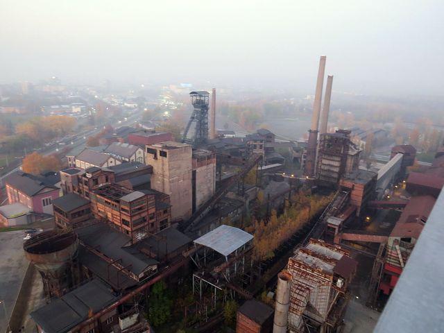 podvečerní mlhavý výhled z Bolt tower na areál Dolní oblasti Vítkovice