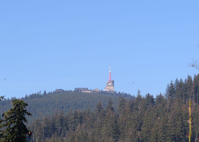 lákavé výhledy cestou - zcela vlevo Bezručova chata KČT - ty tečky nejsou obří ptáci, nýbrž paraglidisti