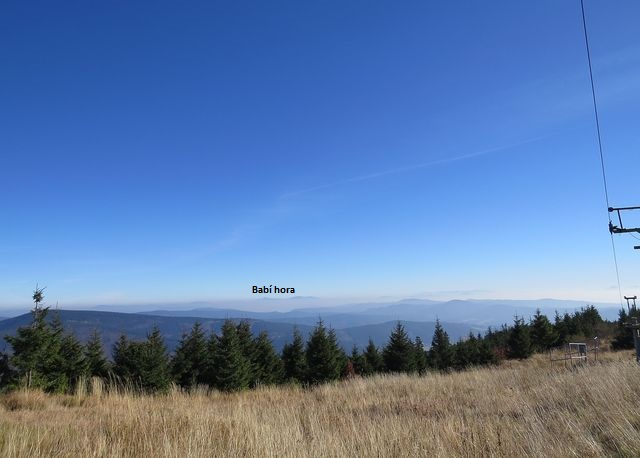 na vzdáleném obzoru je vrcholek Babí hory