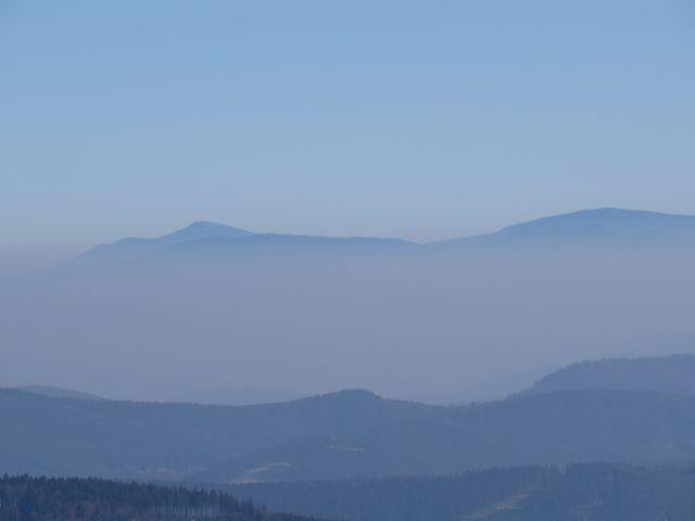 na zvětšeném snímku je zleva vidět hřeben, po kterém jsme v pátek vystoupili na vrcholek Babí hory
