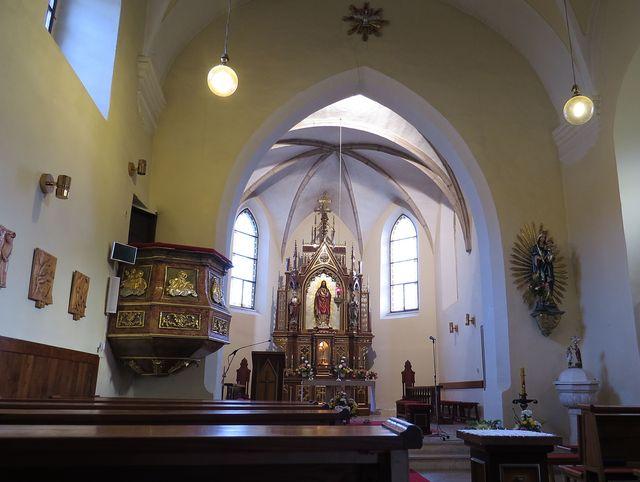 interiér kostela v Příměticích, jde byl farářem Prokop Diviš; dřevořezby zastavení křížové cesty jsou dílem Jana Floriana ze Staré Říše