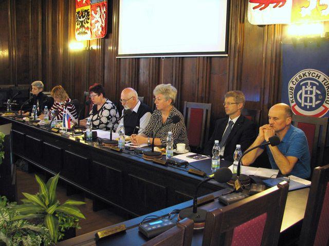 schůze se zúčastnili i veřejní činitelé - radní Kraje Vysočina Marie Kružíková a senátor Miloš Vystrčil; foto F. Janeček