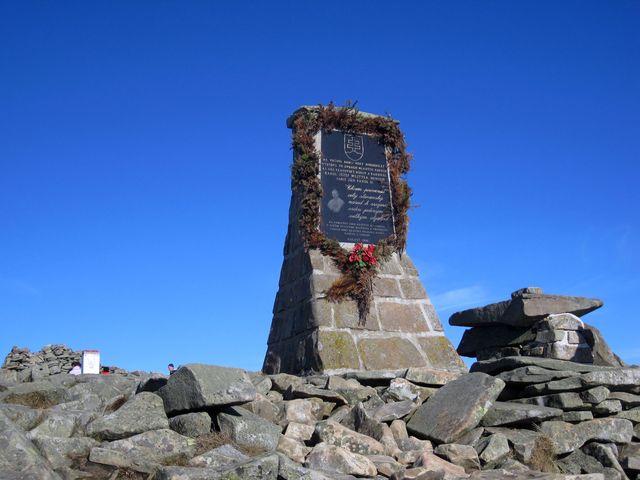 na slovenské straně je památník na počest výstupů papeže sv. Jana Pavla II.