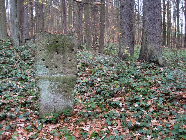 kamenná stéla s otvory k upevňování střeleckých terčů blízko kaple sv. Karla u Vanova; www.svatosi.cz