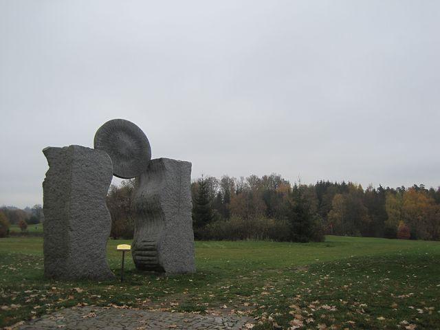 symbolický vchod na golfové hřiště - dílo Karoliny Bernadetty Ramersdorfer; www.svatosi.cz