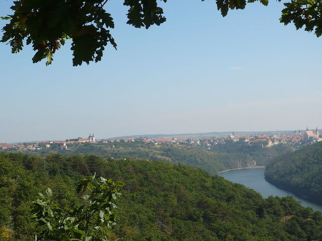znojemská přehrada a historická část Znojma