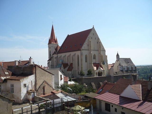 kostel sv. Mikuláše a Svatováclavská dvojkaple, v popředí Staré město - foto z roku 2008