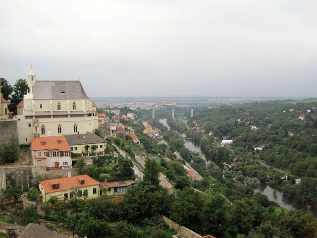 opravená Svatováclavská dvojkaple - foto z roku 2010; v pozadí železniční viadukt a klášter Louka