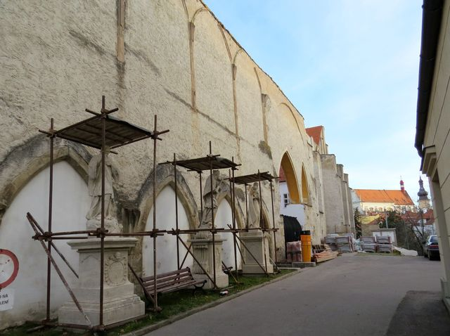 dochované zbytky klášterního kostela, v jehož kryptě bylo pochován český král Přemysl Otakar II.