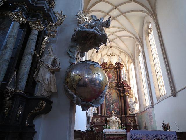 barokní kazatelna v podobě zeměkoule a síťová klenba kostela