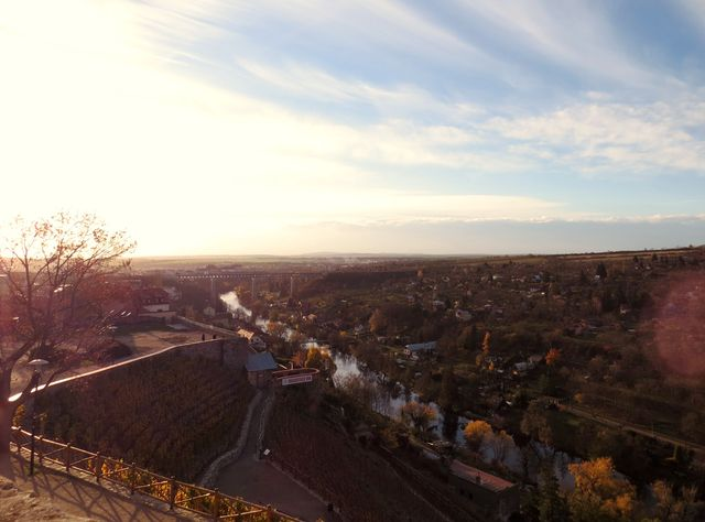 Rajská vinice nad Dyjí, v pozadí železniční viadukt přes údolí Dyje