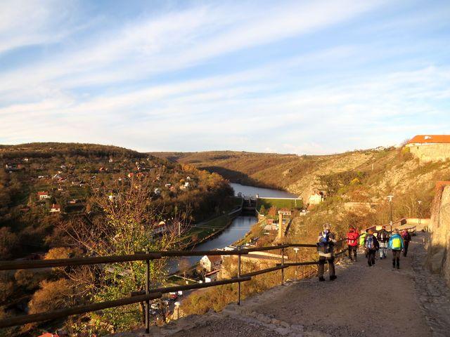 výhled na přehradu a Krammerovu vilu se stupňovitou skalní zahradou nad ní