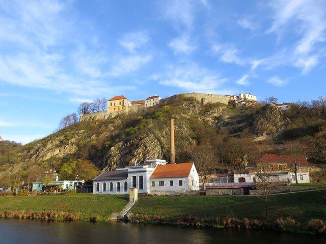 bývalá městská vodárna, nad ní znojemský hrad