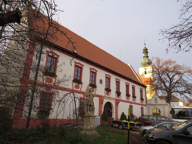 fara křížovníků s červenou hvězdou a kostel sv. Zikmunda v Popicích
