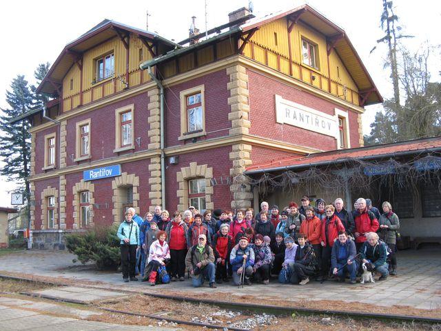 skupina účastníků po příjezdu vlakem
