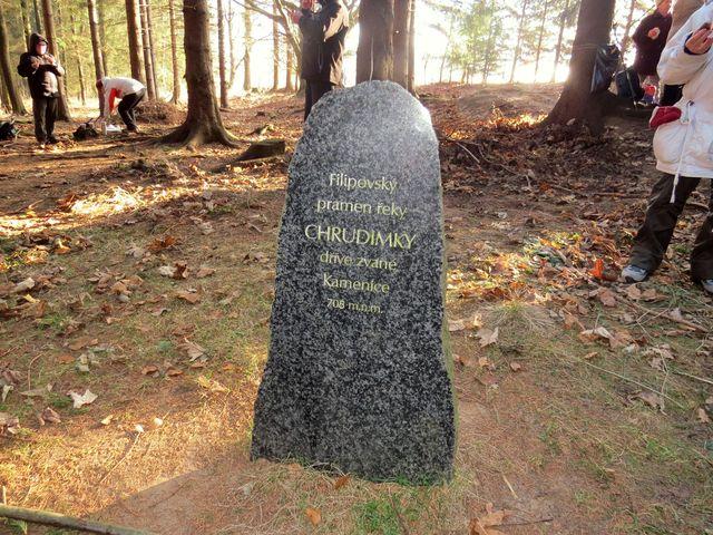 pramen byl před několika lety označen kamennou stélou