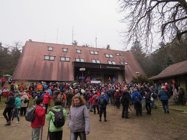 prostranství před chatami se zaplnilo turisty z Vysočiny