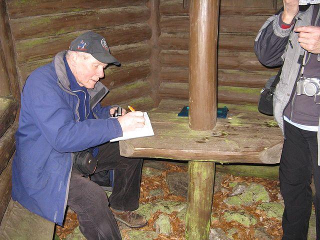 velice si ceníme toho, že emeritní předseda KČT Jan Havelka prošel stezku a zapsal se do vrcholové knihy na Přední skále; foto M. Bradová