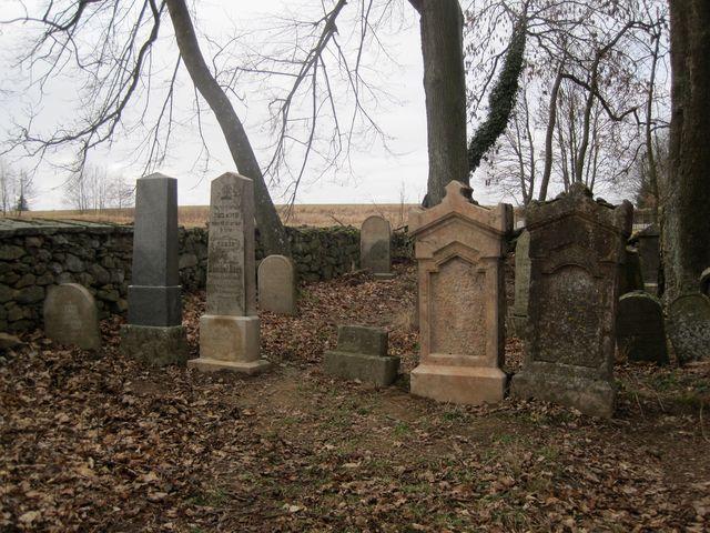 náhrobky nesou prvky tradiční výzdoby