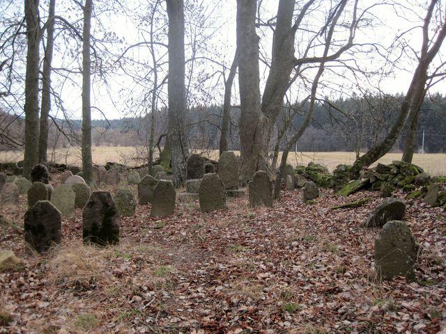 hřbitov je dobře udržovaný, jen kamenná zídka je místy pobořená