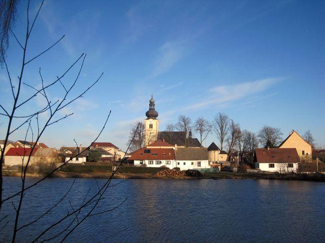 stonařovský kostel, vedle románská hřbitovní kaple; www.svatosi.cz