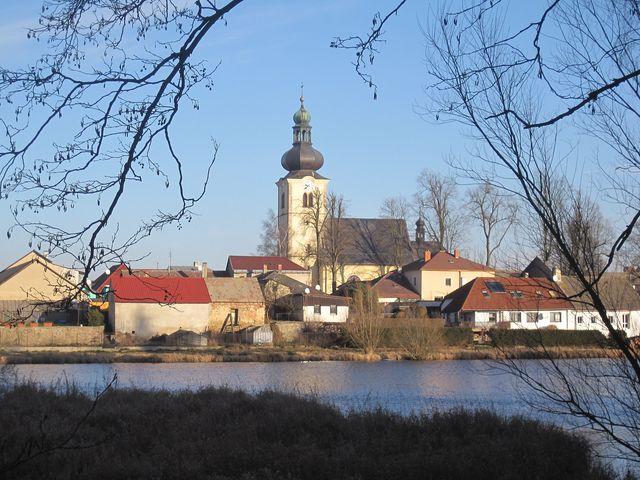 """stonařovské """"hradčany"""" - kostel sv. Václava byl postaven při vzniku obce"""