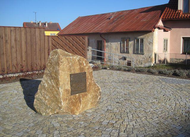 památník události spadlých meteoritů v roce 1808 byl přestěhován do centra obce