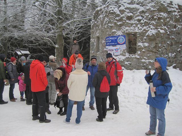 už před druhou hodinou odpolední se na Šacberku u torza rozhledny scházeli účastníci novoročního výstupu; www.svatosi.cz