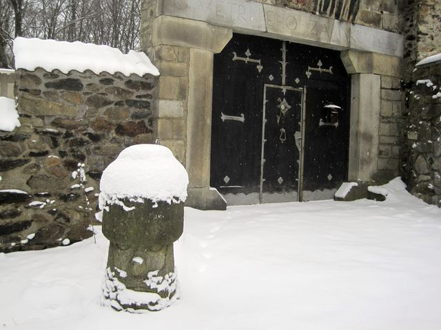 """křemešnické """"nemehlo"""", kamenný patník před vchodem do areálu, dostal Josef Šejnost darem od svého pelhřimovského přítele"""