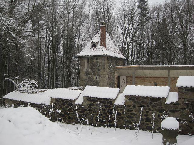 sídlo nazvané U sedmi havranů začal v roce 1930 stavět medailér Josef Šejnost