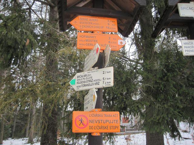 rozcestník pěších a lyžařských tras na Špičáckém sedle