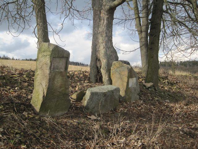 Richlého pamětní kameny nad Mirošovem